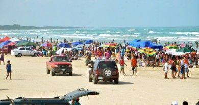 Cerca de 20 mil paseantesacuden a playa