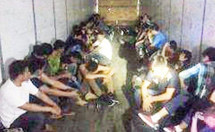 Rescatan de caja-trailer a 44 indocumentados en Texas con severa deshidratación