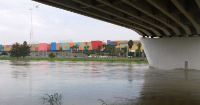 Desvían a Puente Solidaridad-Colombia autobuses de pasajeros de EU por creciente del río Bravo