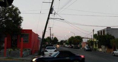 Postes a punto de caer ponen en riesgo a vecinos de Infovavit Nuevo Laredo